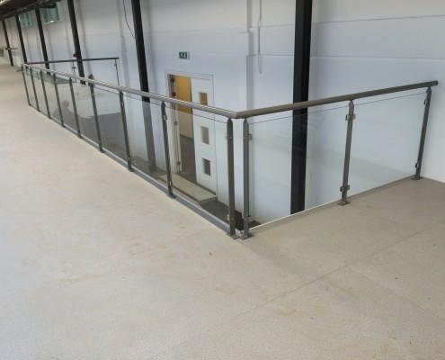 Balustrade showroom met glas Rosmalen