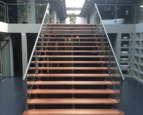 Trap met balustrade van staal en glas Rosmalen