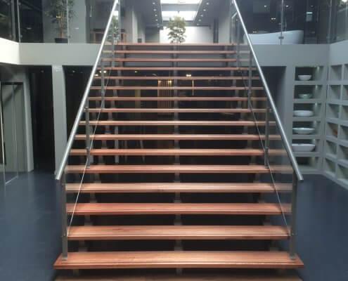 Trap met balustrade showroom Sanitairwinkel Rosmalen