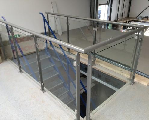 stalen balustrade met glas magazijn laten maken