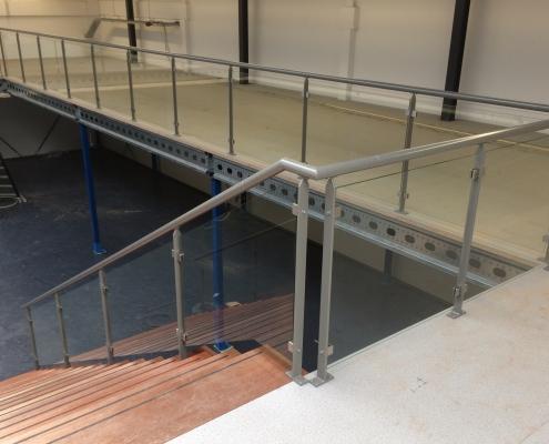 stalen balustrade met glas en traphekken showroom Sanitair Winkel Rosmalen