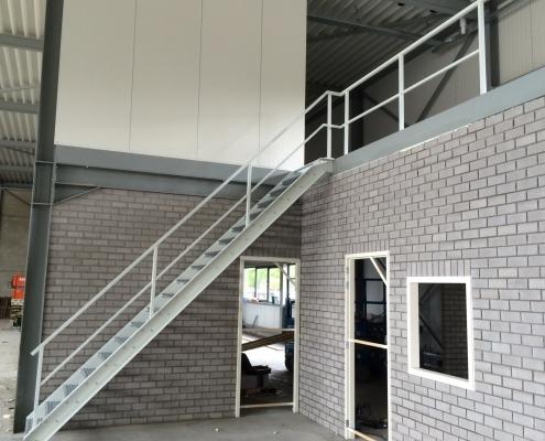 stalen trap bedrijfspand nieuwbouw Limburg