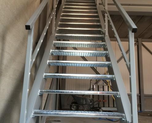 Stevige trap magazijn nieuwbouw bedrijfspand Rosmalen
