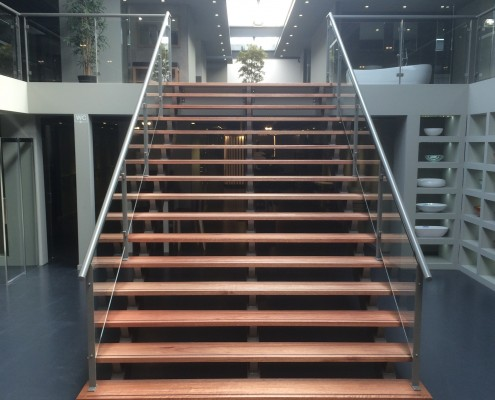stalen trap met balustrade van staal en glas showroom Sanitairwinkel Rosmalen