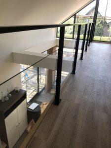 Balustrade met staal en glas nieuwbouw