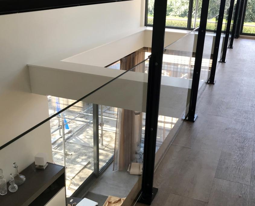 Balustrade met staal en glas nieuwbouwwoning