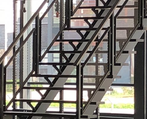 stalen trap stoer met strekmetaal