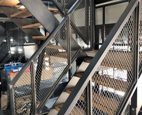 stalen trap met strekmetaal