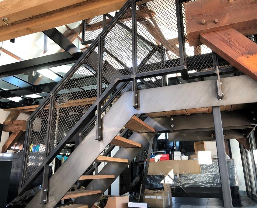 stalen trap bedrijfspand met strekmetaal