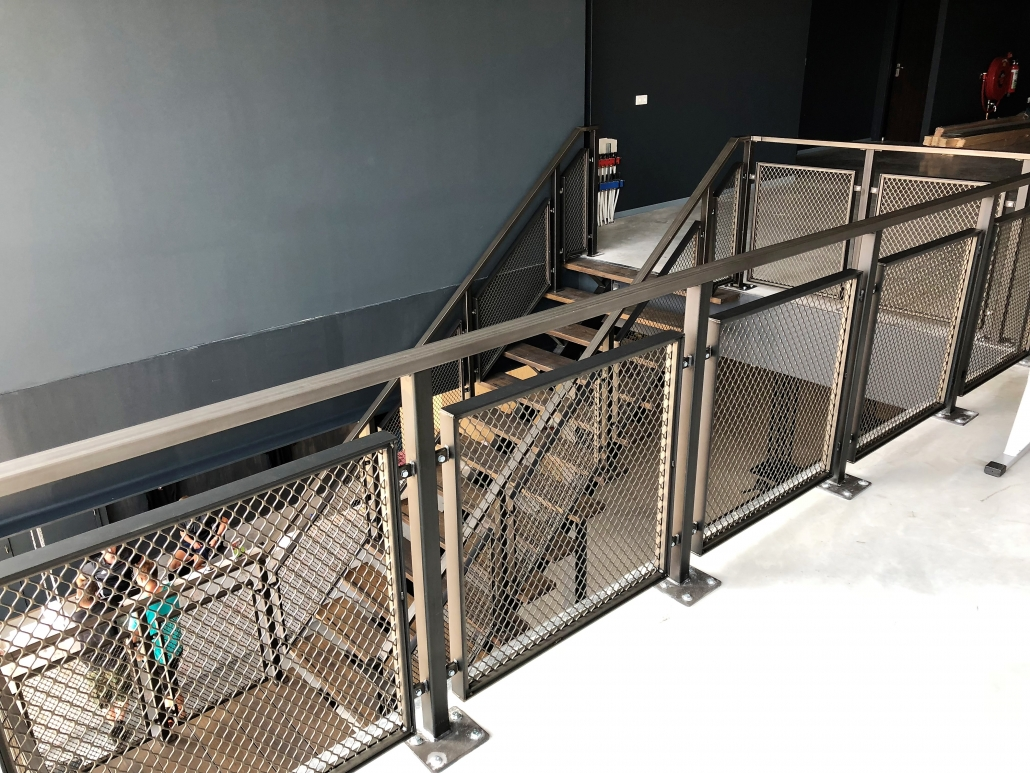 stalen trap bedrijfspand met balustrade