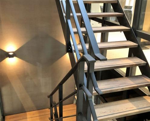 trap staal met hout bedrijfspand