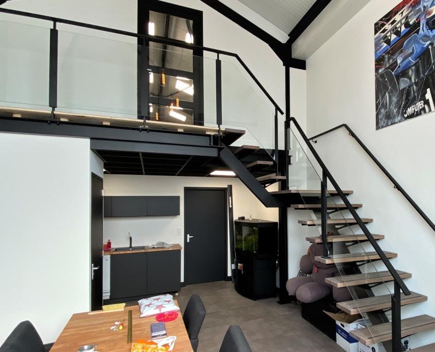 stalen trap kantoorpand met tussenbordes