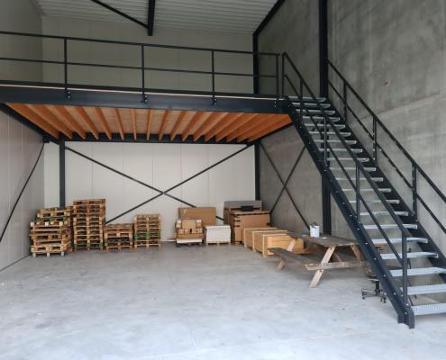 magazijntrap met entresolvloer